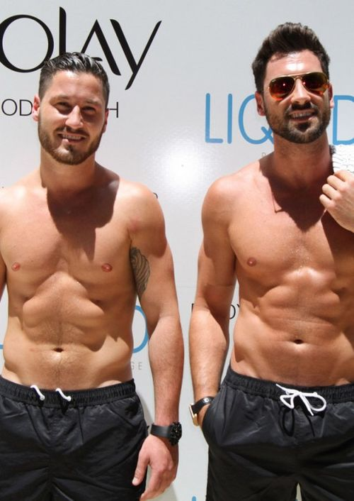 Val-Chmerkovskiy-And-Maks-Chmerkovskiy-Sighting-at-Olay-Event-in-Vegas-02-512x723